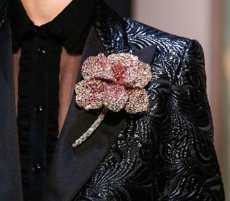 Брошь на одежду – новое веяние моды
