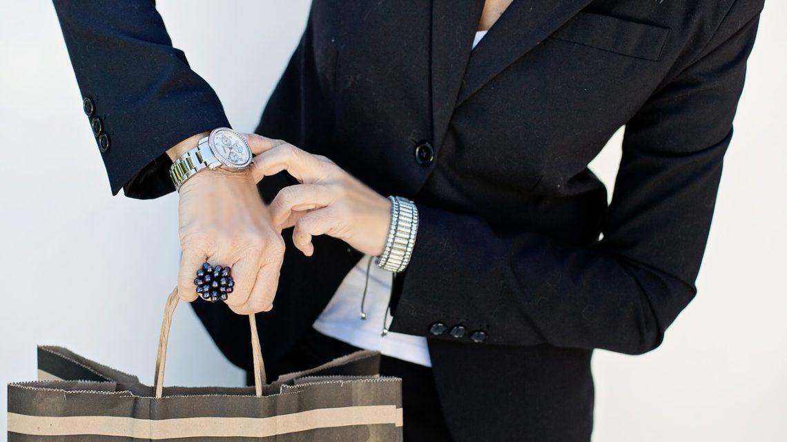 Часы на руке деловой женщины